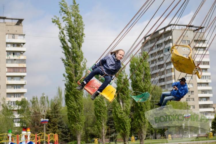 В парке «Волжский» открылись фонтаны и городок аттракционов