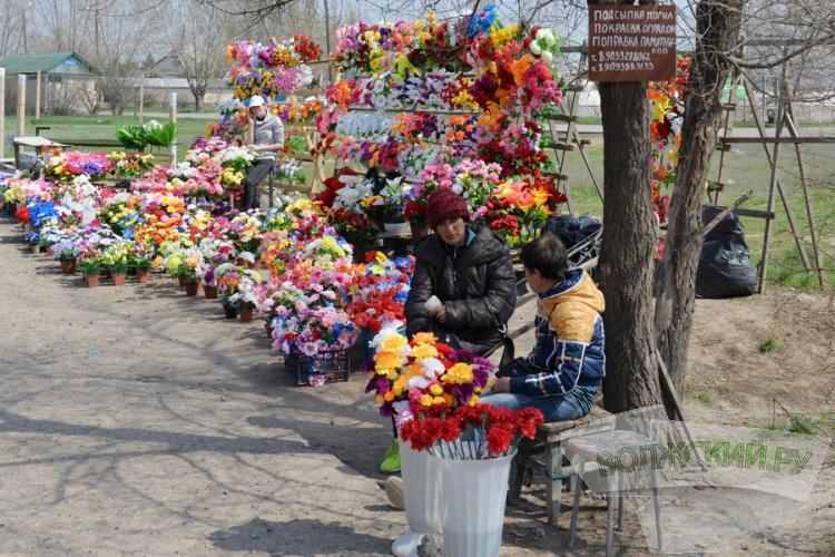 В преддверии Пасхи Волжский опять «заполонили» стихийные рынки