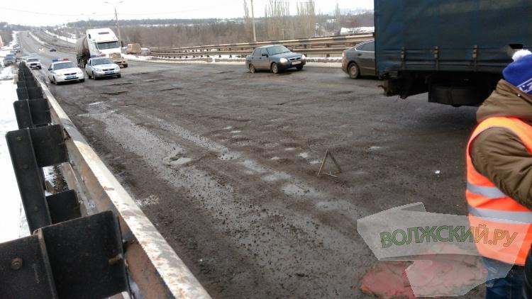В Волгограде ямы залили алым бетоном