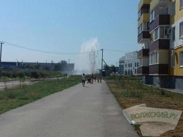 В Волжским из-за прорыва трубы бил 15-метровый фонтан