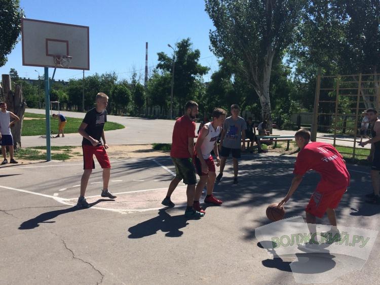 В Волжском начался турнир по стритболу
