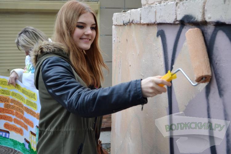 В Волжском очищают фасады от «художеств» вандалов