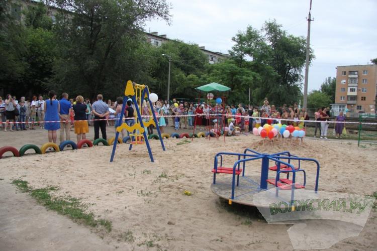 В Волжском открыли очередную детскую площадку