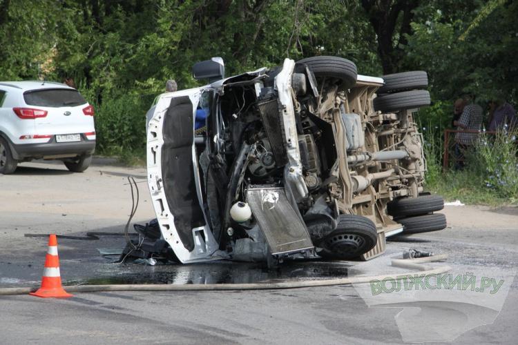 В Волжском перевернулся микроавтобус с пассажирами