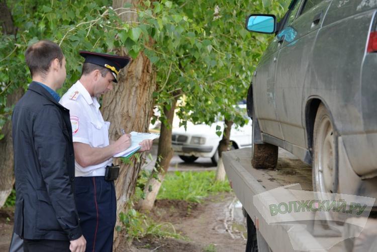 В Волжском продолжают эвакуировать автохамов