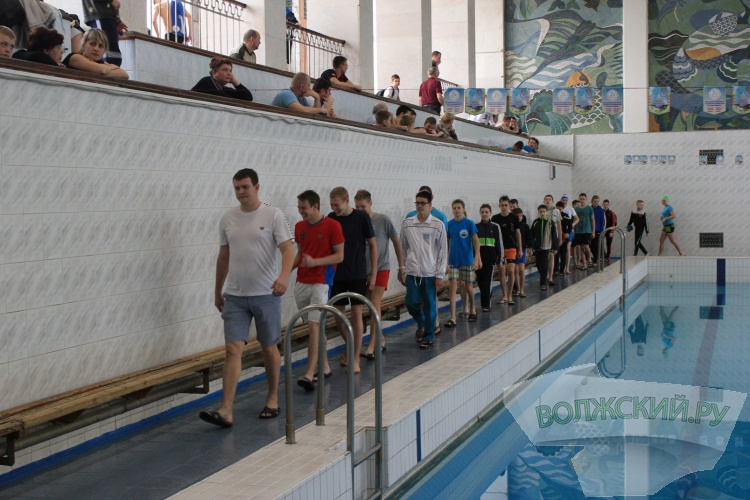 В Волжском проходит соревнования по плаванию