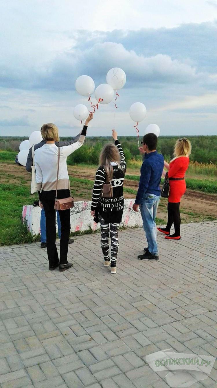 В Волжском прошел флешмоб в память об умерших от СПИДа
