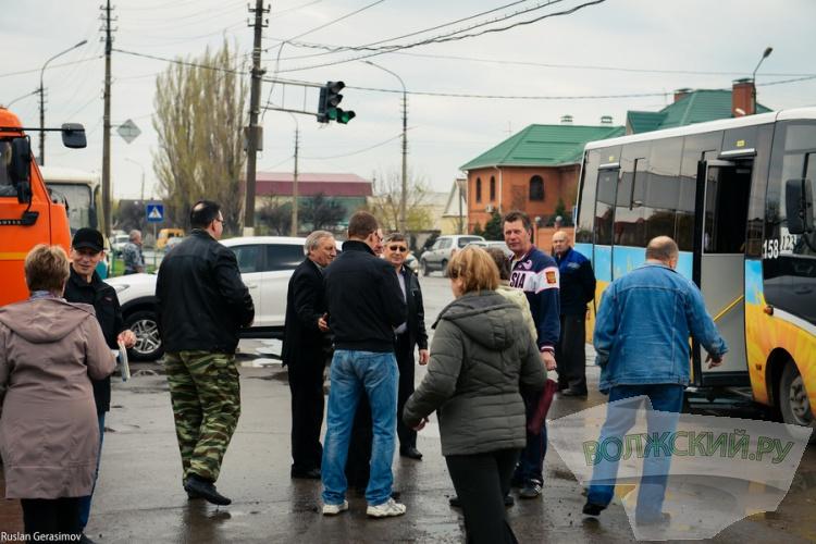 В Волжском расчищают въезд в город со Средней Ахтубы