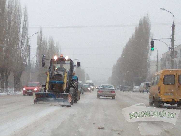 В Волжском со снегом и гололедом на дорогах борются 25 машин