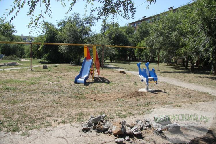 В Волжском украли лавочку с новенькой детской площадки