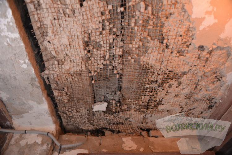 В Волжском управляющая компания предлагает жильцам «проспонсировать» ремонт подъезда