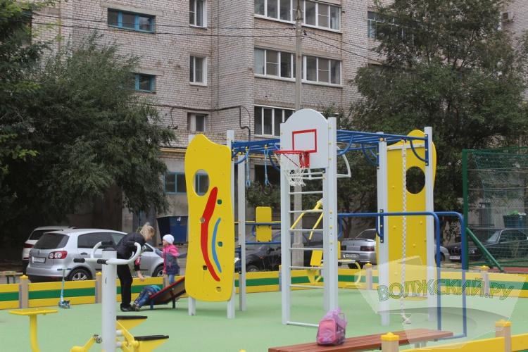 В Волжском завершилась установка новой спортплощадки