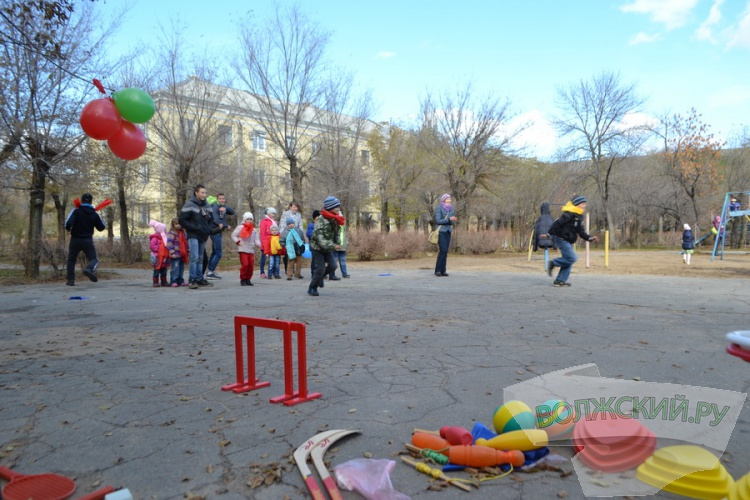 Волжане «креативным» способом просят у власти детскую площадку