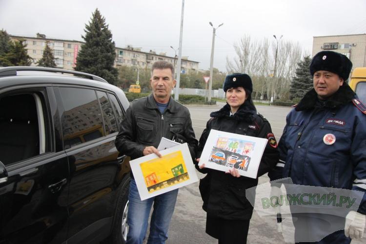 Волжские автоинспекторы поздравили водителей с праздником