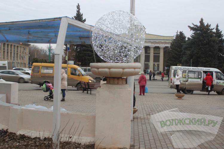 Волжский начали украшать праздничной иллюминацией