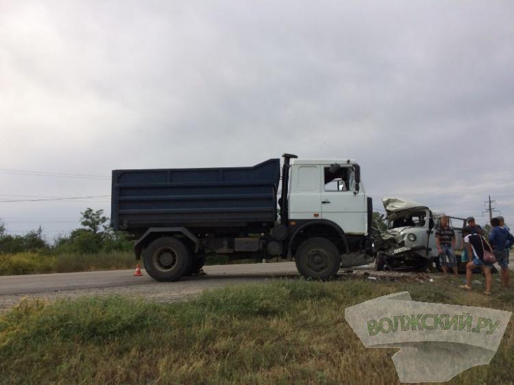 Насевере Волгограда столкнулись три авто: 1 умер, 4 в клинике
