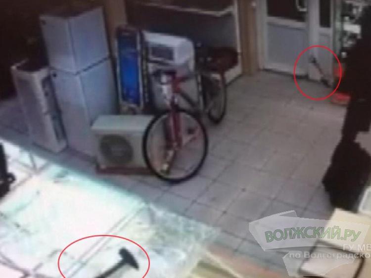 ВВолгограде вооруженные преступники вмасках обчистили скупку