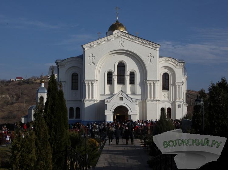 Наканонизацию игуменьи Арсении вСерафимович съехались почти тридцать тыс. паломников