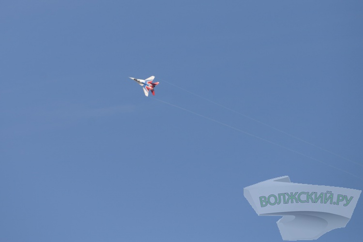 Высший пилотаж: над волгоградским небом пролетели «Стрижи»