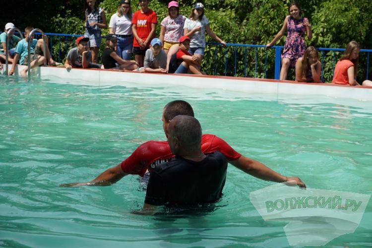 Детей в загородных лагерях научили безопасному поведению на воде