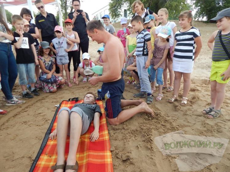Для юных волжан сымпровизировали спасение утопающего