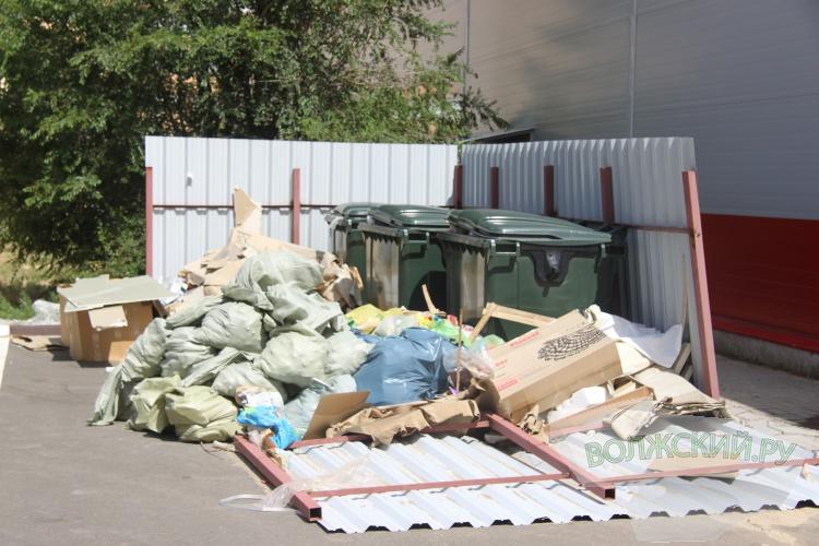 Магазин устроил свалку строительного мусора во дворе жилого дома