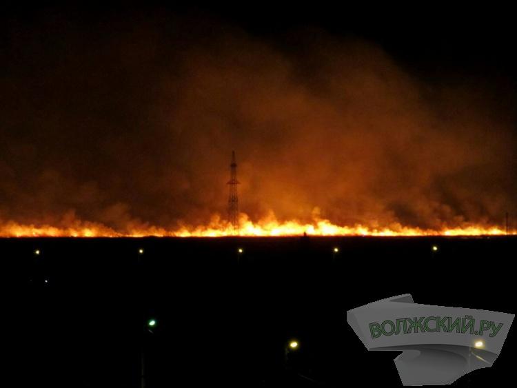 Масштабный ландшафтный пожар на подступах к Волжскому напугал жителей
