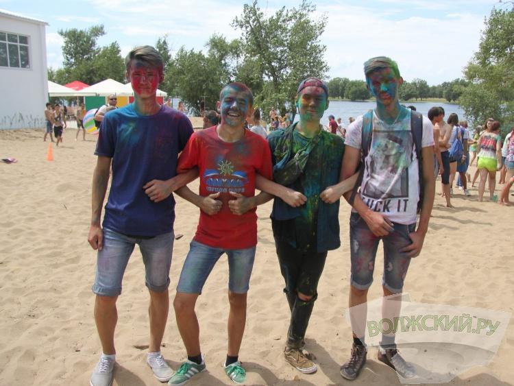 На городском пляже проходит фестиваль красок