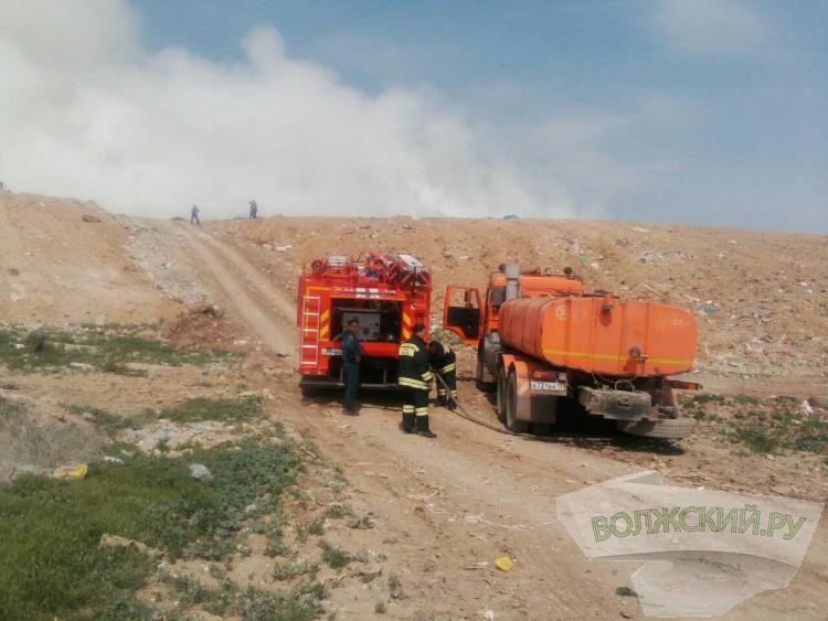На полигоне продолжают бороться с возгоранием (фотографии с места)