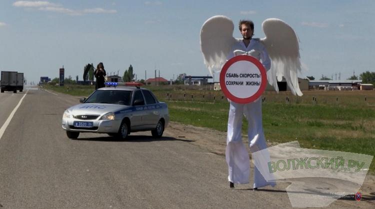 На загородной трассе в регионе водителей пугала смерть с косой и ангел