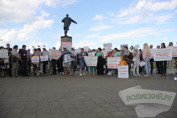 Обманутые дольщики «АхтубаСитиПарк» провели митинг в Волжском
