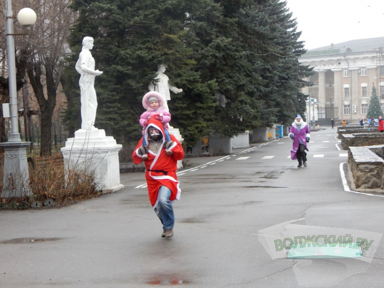 Около 70 волжан устроили праздничный забег «Дедов Морозов»