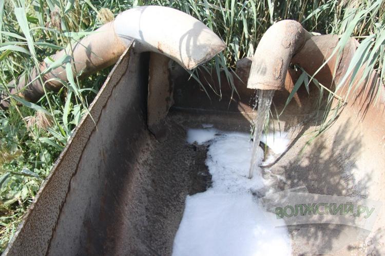 Под Волжским химические отходы выливаются на землю?