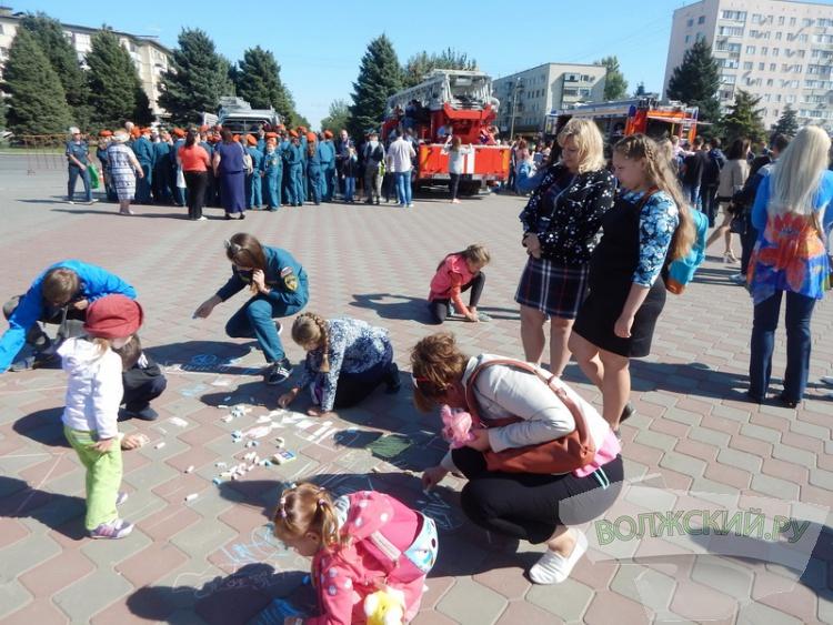 Пожарные Волжского провели «экспресс-встречу» с населением