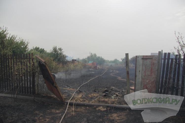 При пожаре в СНТ Волжского огнем уничтожено около 300 дач