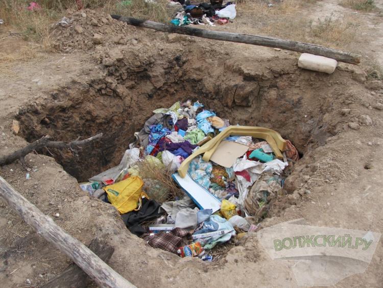 Рядом с храмом Патриарха Тихона волжане обнаружили свалку вещей