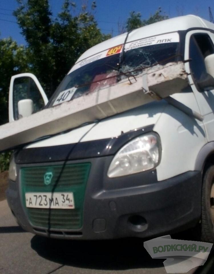 В промзоне Волжского на маршрутку упал бетонный столб