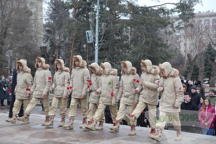 В Волгограде День защитника Отечества отметили возложением цветов