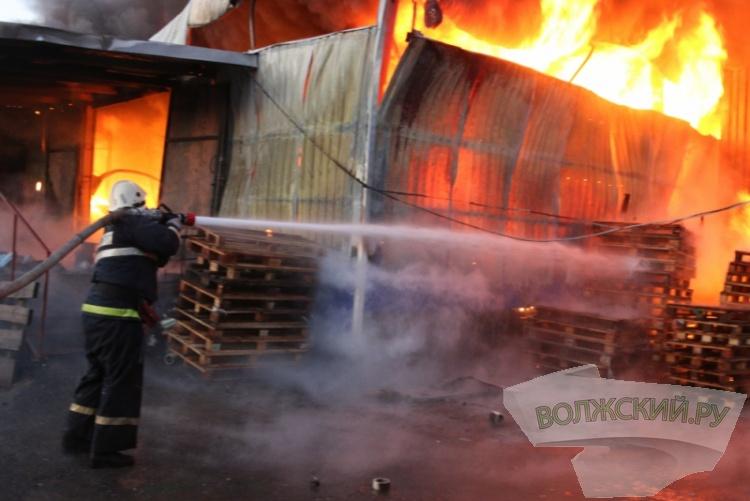 В Волгограде горит склад лакокрасочных изделий