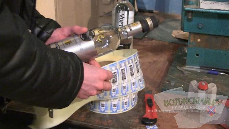 В Волгограде отец и сын произвели к Новому году тонны суррогатного алкоголя