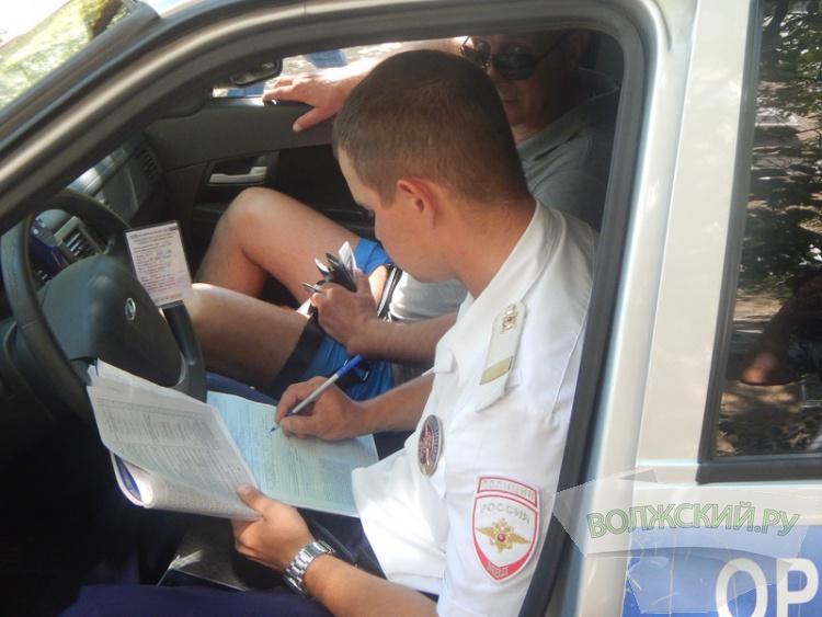 В Волжском  автохамов эвакуируют с тротуаров