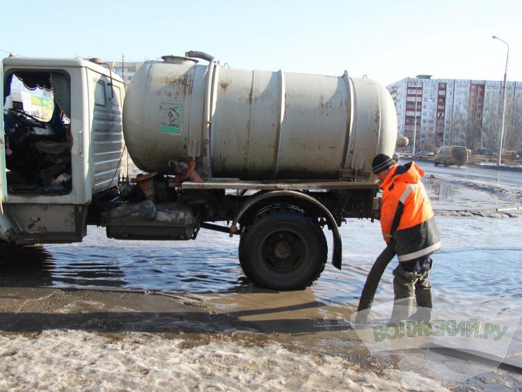 В Волжском идёт круглосуточная борьба с лужами