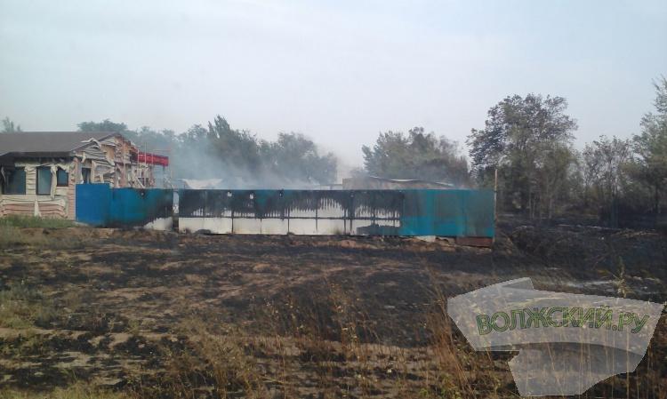 В Волжском из-за пожара в поселке перекрывают дорогу