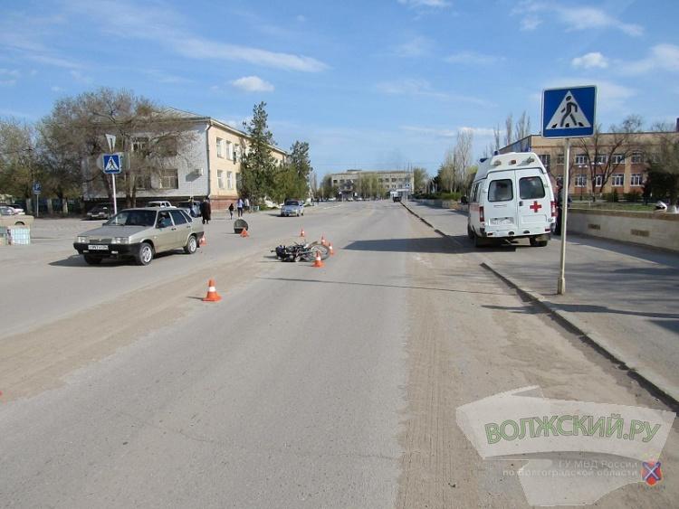 В Волжском мотоциклист «догнал» на дороге «восьмерку»