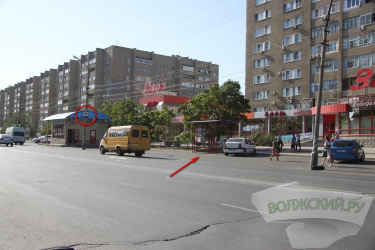 В Волжском остановку установили прямо на дороге
