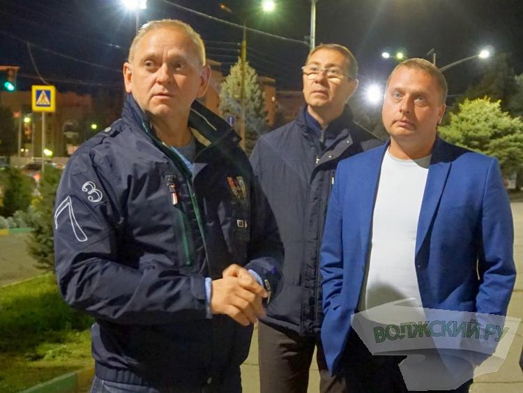 В Волжском осветили пешеходную дорожку у «тысячника»