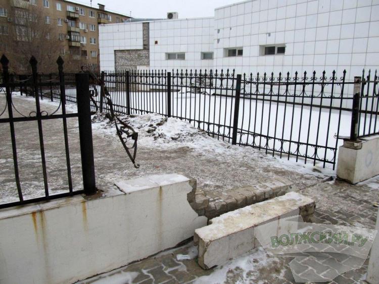 В Волжском планируют восстановить аварийную арку на проспекте Ленина