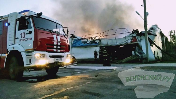 В Волжском сгорел магазин «Сатурн строй маркет»