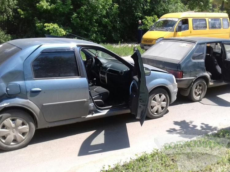 В Волжском в серьезном ДТП пострадала автоледи и ребенок