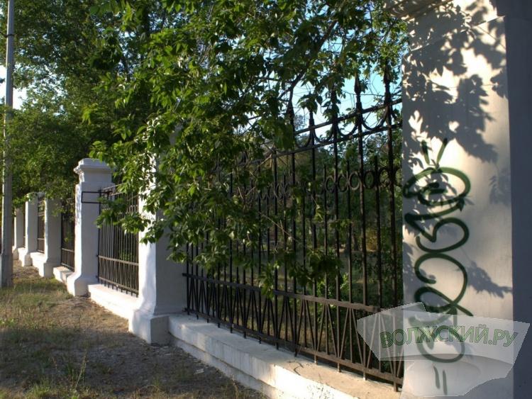 Вандалы разрисовали ограждение парка «ВГС»